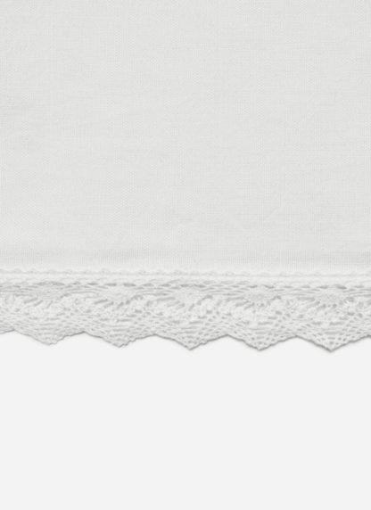 WHITE LACE TABLECLOTH DETAILS